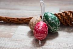 Домодельные и handmade пасхальные яйца на березе разветвляют на деревянном подносе, традиционном чехе, охоте пасхального яйца, хл стоковое изображение