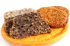 Домодельные коричневый хлеб и плюшки с семенами сезама Стоковые Фото