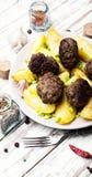 Домодельные котлеты мяса с пекут картошку Стоковое Изображение