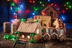 Домодельные коттедж пряника рождества и света рождества Стоковые Фотографии RF