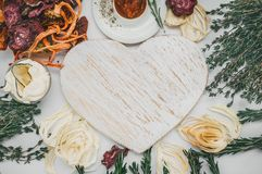 Домодельные красочные обломоки различных свежих овощей - свекл, сладких картофелей, морковей, огурца, луков, розмаринового масла  Стоковые Изображения