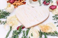 Домодельные красочные обломоки различных свежих овощей - свекл, сладких картофелей, морковей, огурца, луков, розмаринового масла  стоковые изображения rf