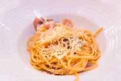 Домодельные макаронные изделия спагетти с беконом и сыр пармесаном на верхней части Стоковые Фото