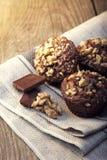 Домодельные очень вкусные булочки шоколада с грецким орехом на деревянном backrou Стоковые Фотографии RF