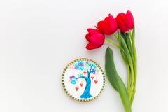 Домодельные печенье дерева влюбленности и цветки тюльпанов Стоковая Фотография