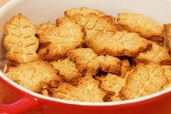 Домодельные печенья в форме листьев Стоковые Фотографии RF