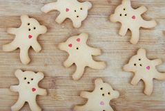 Домодельные печенья в форме новичка медведя на деревянной доске Стоковые Фотографии RF