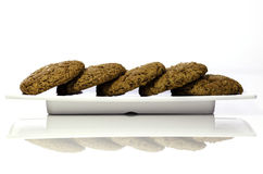Домодельные печенья имбиря показанные на плите Стоковое Фото