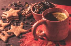 Домодельные печенья имбиря, чашка чаю с лимоном, датами, циннамоном с изюминками Стоковые Фото