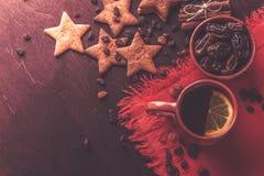Домодельные печенья имбиря, чашка чаю с лимоном, датами, циннамоном с изюминками Стоковые Фотографии RF