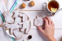 Домодельные печенья и чай меда и лимона для завтрака, утра зимы уютного стоковые изображения rf