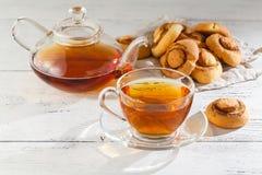 Домодельные печенья и чашка чаю на таблице в утре Стоковое Фото