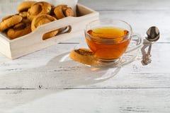 Домодельные печенья и чашка чаю на таблице в утре Стоковая Фотография RF