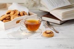 Домодельные печенья и чашка чаю на таблице в утре Стоковые Фотографии RF