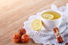 Домодельные печенья и чашка чаю на таблице Стоковое Фото