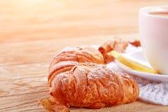 Домодельные печенья и чашка чаю на таблице Стоковые Фото
