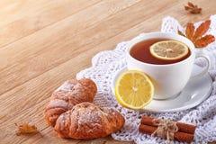 Домодельные печенья и чашка чаю на таблице Стоковое фото RF