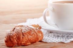 Домодельные печенья и чашка чаю на таблице Стоковые Фотографии RF
