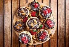 Домодельные печенья кокоса при клубники и гайка toping, близкое поднимающее вверх шоколада Стоковая Фотография