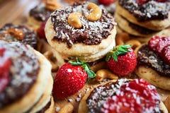 Домодельные печенья кокоса при клубники и гайка toping, близкое поднимающее вверх шоколада Стоковые Фотографии RF