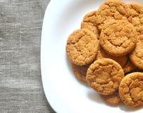 Домодельные печенья на белой плите стоковое изображение