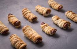 домодельные печенья: несколько сосисок в тесте на серой предпосылке Стоковые Изображения RF