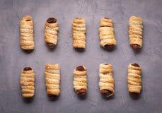 домодельные печенья: несколько сосисок в тесте на серой предпосылке Стоковое Изображение