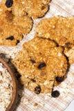домодельные печенья овсяной каши с изюминками, вертикалью взгляд сверху Стоковая Фотография