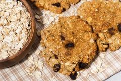 Домодельные печенья овсяной каши с изюминками, взгляд сверху Стоковые Фотографии RF
