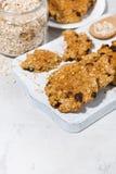 домодельные печенья овсяной каши с изюминками на белой деревянной доске Стоковое Изображение