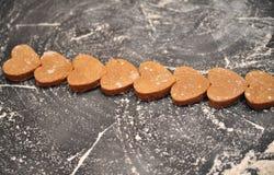 Домодельные печенья сердец на черной предпосылке Стоковая Фотография