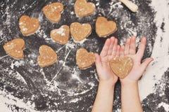 Домодельные печенья сердец на черной предпосылке Стоковое Изображение