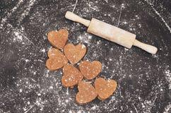 Домодельные печенья сердец на черной предпосылке Стоковые Изображения RF