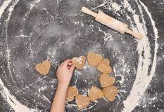 Домодельные печенья сердец на черной предпосылке Стоковая Фотография RF
