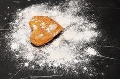 Домодельные печенья сердец на черной предпосылке Стоковое Изображение RF
