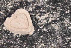 Домодельные печенья сердец на черной предпосылке Стоковое Фото