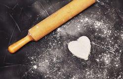 Домодельные печенья сердец на черной предпосылке Стоковые Фото