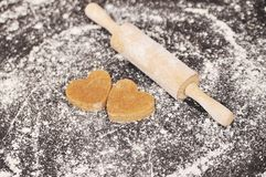 Домодельные печенья сердец на черной предпосылке Стоковое фото RF