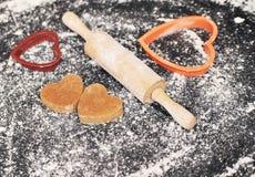 Домодельные печенья сердец на черной предпосылке Стоковые Фотографии RF