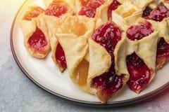 Домодельные печенья с вареньем, на плите Стоковые Изображения RF