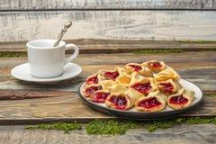 Домодельные печенья с вареньем, на плите Стоковые Фото