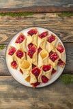 Домодельные печенья с вареньем, на плите Стоковые Изображения