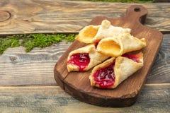 Домодельные печенья с вареньем, на разделочной доске Стоковое Изображение