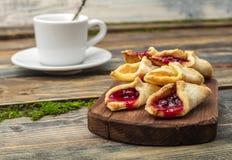Домодельные печенья с вареньем, на разделочной доске Стоковое Изображение RF