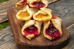 Домодельные печенья с вареньем, на разделочной доске Стоковое Фото