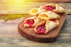 Домодельные печенья с вареньем, на разделочной доске Стоковая Фотография