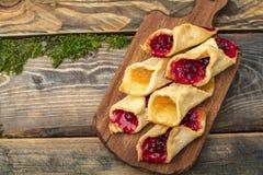 Домодельные печенья с вареньем, на разделочной доске Стоковые Фото