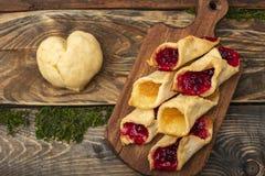 Домодельные печенья с вареньем, на разделочной доске Стоковая Фотография RF