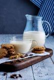 Домодельные печенья с шоколадом и стеклом молока Пролом утра Стоковое Изображение RF