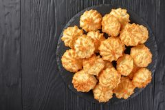 Домодельные печенья macaroons кокоса, взгляд сверху Стоковое Фото